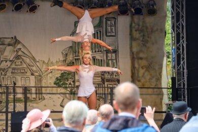 Die Zwillingsschwestern Carmen und Claudia zeigten am Sonntag auf der Bühne des historischen Marktes ein Programm aus Artistik, Musik und Charme.