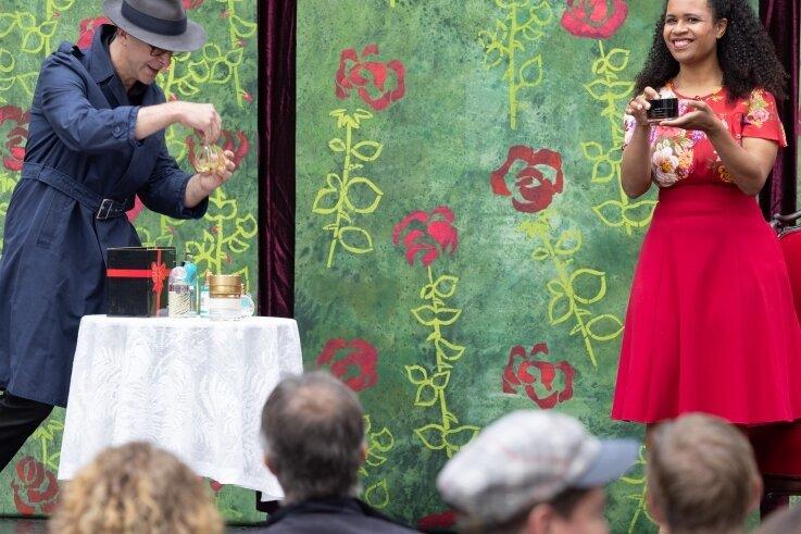 Auf einer kleinen Bühne gaben die Künstler des Eduard-von-Winterstein-Theaters Einblicke in die neue Spielsaison.