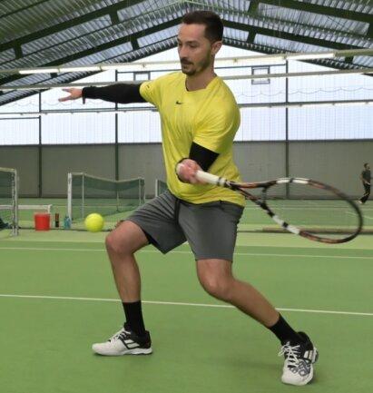 Trotz der aktuellen Corona-Beschränkungen konnte der Zwönitzer Nico Karapetow am Wochenende in Thalheim trainieren. Da das Rückschlagspiel Tennis als Individualsportart eingestuft wird, sind Einheiten mit einem weiteren Spieler auf der anderen Seite des Netzes möglich.