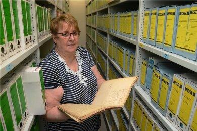 Regina Meier zwischen Rollschränken im Stadtarchiv, das sie seit 2009 geleitet hat.