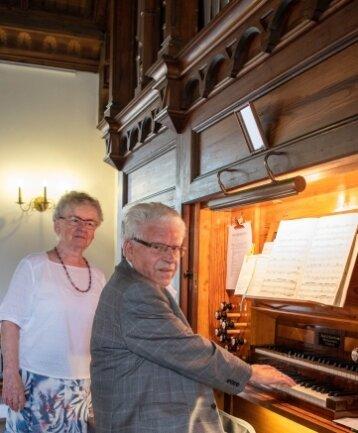 Eckhard Zuckerriedel beim Konzert an der Schmeisser-Orgel, seine Frau Hildegard unterstützte ihn.