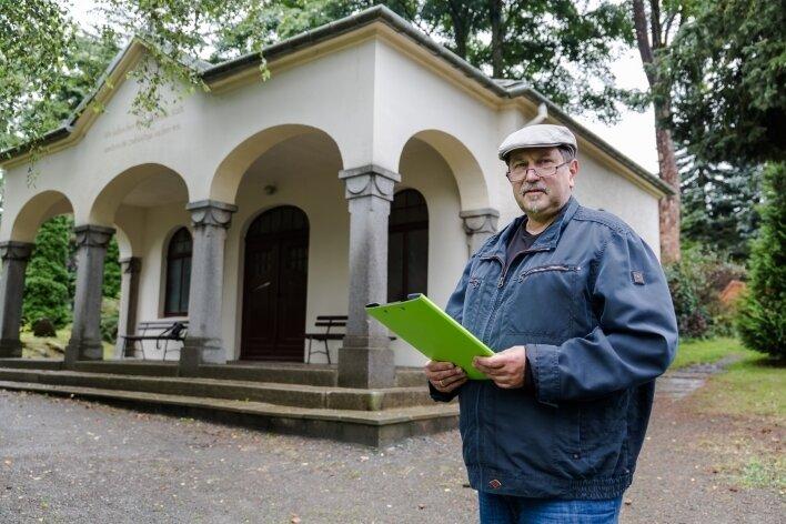 Pfarrer Wilfried Warnat vor der Trauerhalle in Kleinrückerswalde. Sie soll im Inneren nach und nach neu gestaltet werden.