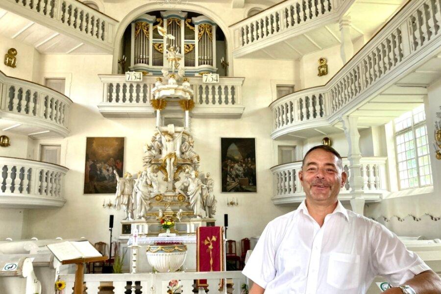 Kirchenvorstand Lutz Fries ist den Geheimnissen der Carlsfelder Trinitatiskirche auf der Spur.
