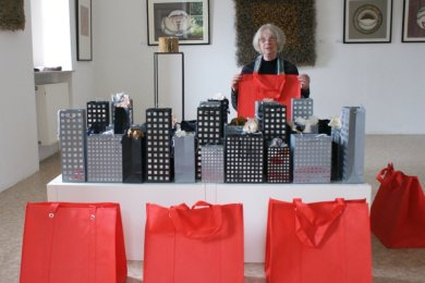 """<p class=""""artikelinhalt"""">Anna-Maria Naumann zeigt ihre Installation """"Shopping in New York"""".</p>"""