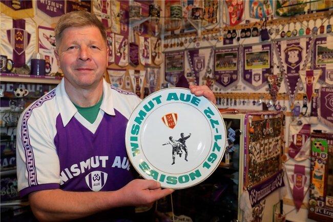 Jens Dittrich hat eine der größten FCE-Fanartikel-Sammlungen: Im Foto zeigt er einen Vereinsteller - eine echte Rarität. Der Teller war 1971/1972 nur an Mannschaft und Mitarbeiter herausgegeben worden.