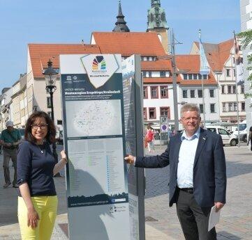 Anja Fiedler, Leiterin des Amtes Kultur-Stadt-Marketing, und Matthias Lißke, Geschäftsführer der Wirtschaftsförderung Erzgebirge, an der Stele am Obermarkt.