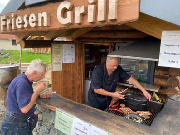 Schnell noch ein Kaffee, dann ist das Mittagessen für Daheim im mitgebrachten Boxen verpackt. Klaus Vollstedt aus Reudnitz zu Besuch am Friesen-Grill von Heinz Gruner.