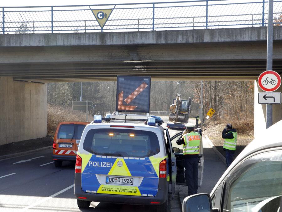 Baggerarm beschädigt Brücke