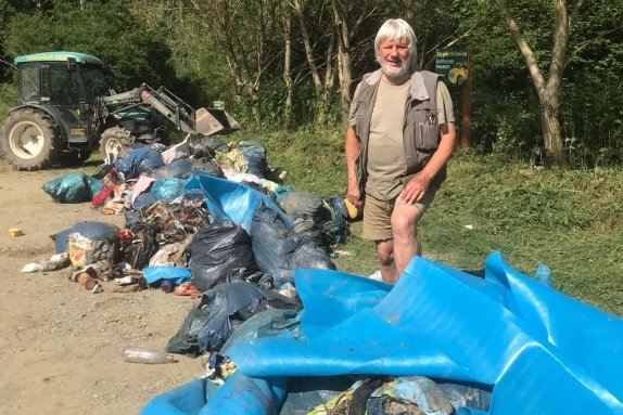 Müllberge auf dem Parkplatz an Käppels Teichen. Touristik-Unternehmer Dieter Käppel hofft wie die Polizei auf Zeugenhinweise. Foto: Daniel Glaw