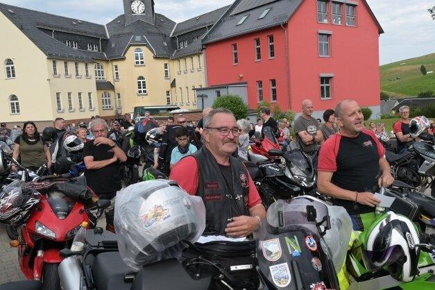 An der Oberschule Zschorlau hat am Samstag ein Motorradfahrer-Gottesdienst mit rund 400 Teilnehmern stattgefunden. Vorn links Stefan Reidel und rechts Rene Förster vom Biker-Bibel-Kreis Zschorlau.