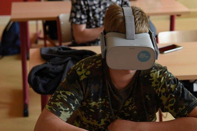 Schüler der Klassen 8a und 8b der Adorfer Zentralschule konnten sich mit virtuellen Brillen über verschiedene Ausbildungsberufe informieren.