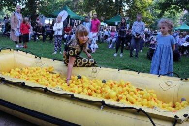Die elfjährige Merle-Jolie Hornfeck zog die 25 Gewinner aus 2000 nummerierten Enten.