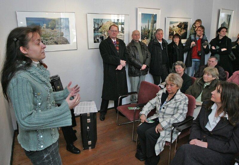 """<p class=""""artikelinhalt"""">Wie sie Mallorca durch die Linse ihrer Fotokamera gesehen hat, zeigt Angelika Hortenbach (l.) Museumsgästen seit gestern in einer Fotoausstellung. </p>"""
