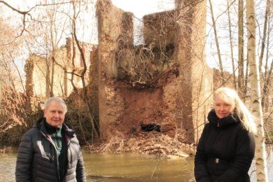 Der Westturm liegt in Trümmern. Für Ortschronist Helmut Zengerling und Benita Geßner vom Heimatverein ist der Einsturz ein Rückschlag bei den Bemühungen, die Ruine für die Nachwelt zu erhalten.