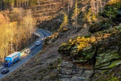 Nach der erfolgten Abholzung sind am Steilhang südlich der Straße Felsformationen mit einer Vielzahl von Rissen und Klüften sichtbar. Das Landesstraßenbauamt hat eine Besichtigung angekündigt, um abschätzen zu können, inwiefern davon Gefahren ausgehen könnten.