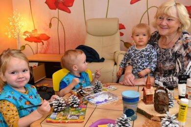 Andrea Rühle bastelt in Hainichen derzeit fast jeden Tag mit ihren Schützlingen Emil, Ida und Boris. Die Tagesmutter betreut seit 20 Jahren Kinder, die Stadt hat ihr Angebot nun auch in den Bedarfsplan aufgenommen und bekommt damit sogar mehr Zuschüsse.