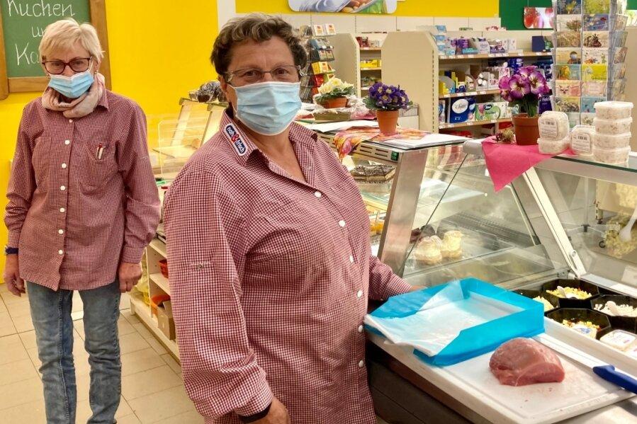 Steffi Otto (vorn) und ihre Kollegin Ingrid Höntzsch gehören zum Team des Frischemarkts Bad Schlema, der die Nahversorgung im Kurort seit 15 Jahren sicherstellt - als Bürgerkonsum mit einer Genossenschaft als Basis.
