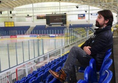 """Torsten Buschmann im leeren Eisstadion am Küchwald. Der Sportliche Leiter der Chemnitz Crashers befürchtet einen Neustart im Eishockey ohne Fans. """"Das wäre unser wirtschaftlicher Kollaps"""", sagt er."""