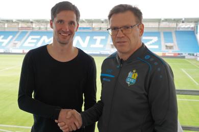 Abwehrspieler Sandro Sirigu und CFC-Geschäftsführer Uwe Hildebrand.