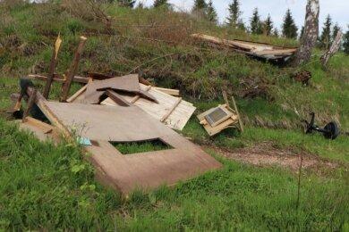 Die Trümmer der Jagdkanzel am Rähmerbachweg.