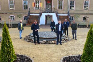 Vertreter von Stadtverwaltung und Förderverein beim Vor-Ort-Termin am Schloss Ringethal: Hinten die sanierte Treppe, vorn der hergerichtete Teil des Schlossparks.