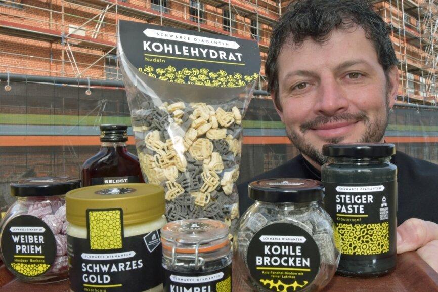 """Der Chef des Bergbaumuseums Oelsnitz, Jan Färber, serviert das Welterbe zum Schmecken: zum Beispiel Nudeln in Form von Schlägel und Eisen als """"Kohlehydrat"""", Bonbons als """"Weiber-Priem"""" sowie Honig."""
