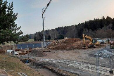Die Winterpause ist vorbei. Seit vergangener Woche rollen auf der Baustelle für die neue Schule in Grünhainichen wieder die Bagger. Die Zimmererarbeiten sollen im Juni beginnen.