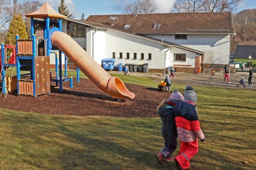 """Die """"Regenbogenland""""-Kinder dürfen auch nach dem Umzug im Garten spielen."""