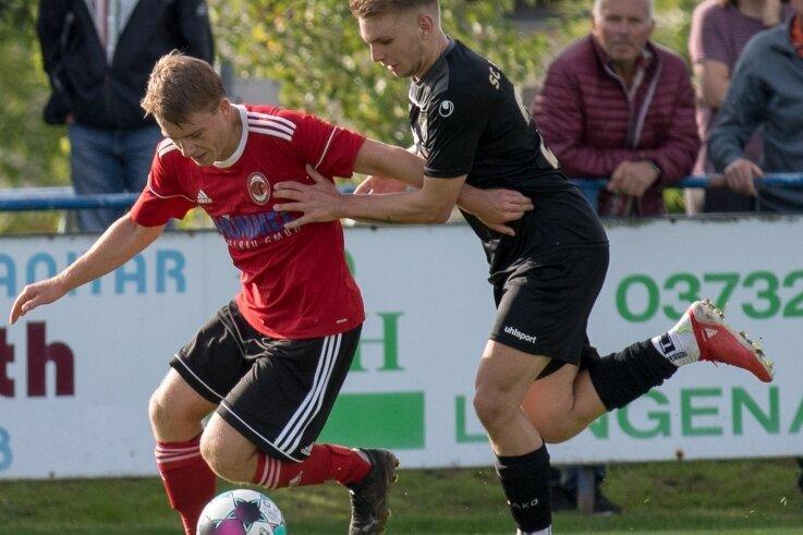 Sturmlauf gestoppt: Die Langenauer Kicker um Hans Schmieder (l.) mussten am Sonntag trotz klarer Überlegenheit eine 0:2-Heimniederlage gegen den SC Freital II quittieren.
