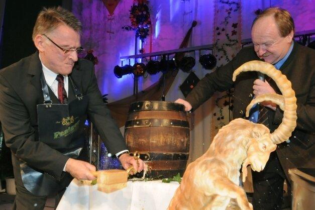 Bockbieranstich beim Gewerbefest 2009 durch Bürgermeister Thomas Eulenberger (l.) und Brauereichef Maximilian Hösl.