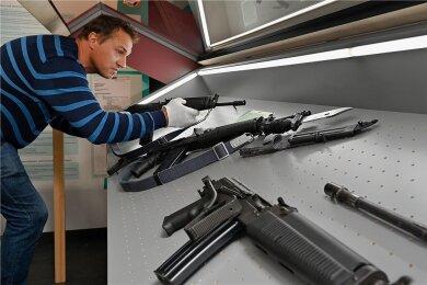 Made in Eastern Germany: Rigo Herold legt eine Wieger 941 in eine Vitrine im Waffenmuseum Suhl. Die von ihm konzipierte Ausstellung erzählt erstmals die Geschichte der Wieger-Gewehrfamilie sowie des Geräte- und Werkzeugbaus Wiesa im Erzgebirge.
