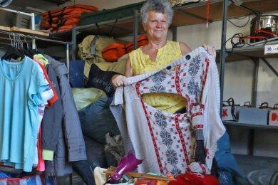 In den Kleidersammelcontainern findet Birgit Areschko oft Stücke, die nicht mehr brauchbar sind. Und auch Müll findet sich unter der Kleidung.