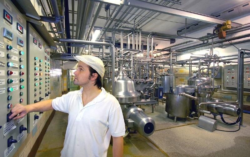 """<p class=""""artikelinhalt"""">Sven Clausnitzer, der in der Olbernhauer Molkerei den Maschinenraum im Bereich Milchbearbeitung steuert und überwacht, ist einer von rund 30 Mitarbeitern des Betriebes.</p>"""