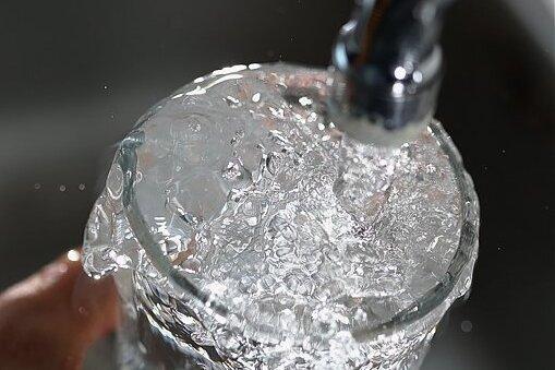 Die Verbrauchsgebühr für Trinkwasser steigt ab Januar 2022 leicht an.