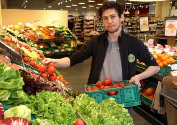 """Julius Kaufmann ist schon im dritten Lehrjahr seiner Ausbildung zum Kaufmann im Einzelhandel. Der 19-Jährige hofft natürlich stark, dass er nach Ausbildungsende im Zwickauer Biomarkt eine unbefristete Beschäftigung erhält. Denn: """"Das ist mein Traumjob."""""""