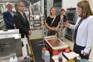 Die EU-Abgeordneten Sven Giegold und Anna Cavazzini (2. u. 3. v. l.) besuchten auch das THM-Labor in Freiberg. Standortleiterin Dr. Mareike Partsch informierte unter anderem über die Elektrodenfertigung.