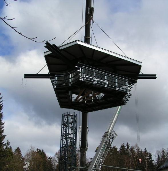 """<p class=""""artikelinhalt"""">Die """"Krone"""" hängt am Haken. Wenig später wird dem Turm die Aussichtskanzel aufgesetzt. </p>"""