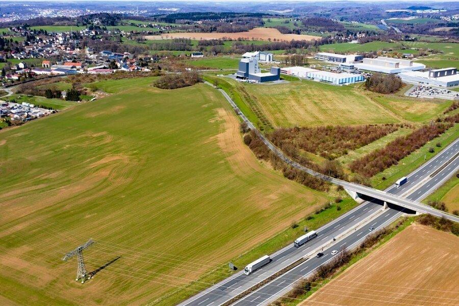 Blick auf den Industrie- und Gewerbestandort Plauen-Oberlosa: An der Autobahn entlang, eingegrenzt von der Überlandleitung und der über die A 72 hinweg führenden Obermarxgrüner Straße, ist das Mercedes-Vorhaben geplant. Doch so eben, wie das Areal aus der Luft wirkt, ist es nicht.