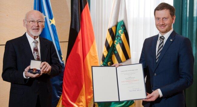Ministerpräsident Michael Kretschmer überreichte Wolfgang Horlbeck (l.) in der Staatskanzlei das Bundesverdienstkreuz am Bande.