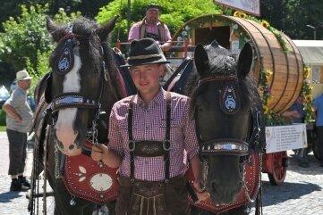 Das Freiberger Brauereigespann und ein Planwagen haben in Lößnitz Station gemacht. Dort endete ihre Tour. Im Bild: Karl Eichhorn (v.) und Maik Reichel.
