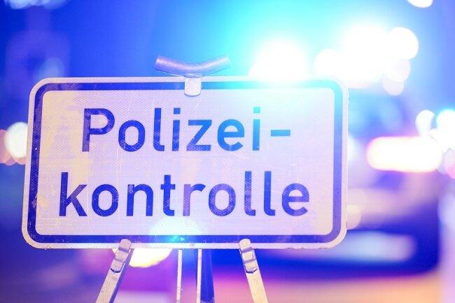 Konkret würde die Abriegelung bedeuten, dass die Polizei an den kommunalen Grenzen Position bezieht und die Fahrt aus und in die Kommune unterbindet.