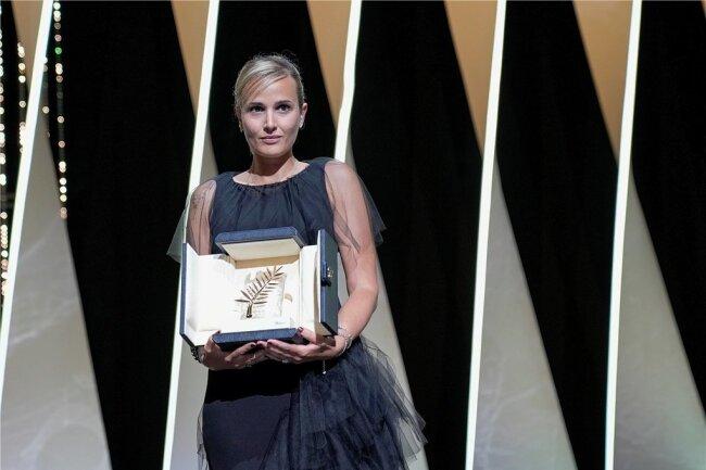 """Julia Ducournau mit der """"Goldenen Palme""""."""