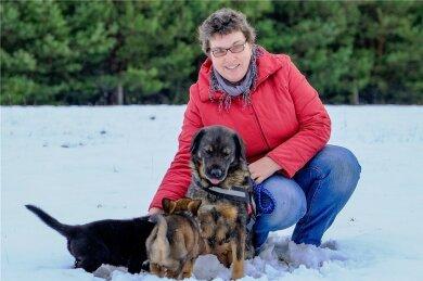 Jenny Fischer mit ihren Hunden auf ihrem Hof in Rietschen im Landkreis Görlitz.