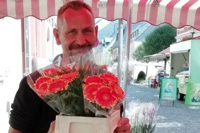 Ronni Schuster steht mit seinem Blumenstand jeden Mittwoch auf dem Stollberger Wochenmarkt.