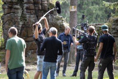 """Dreharbeiten für den ZDF-Krimi """"Tödliches Spiel"""" an den Greifensteinen: Kai Scheve (Mitte) ermittelt erneut als Hauptkommissar Robert Winkler gemeinsam mit Lara Mandoki als Karina Szabo."""