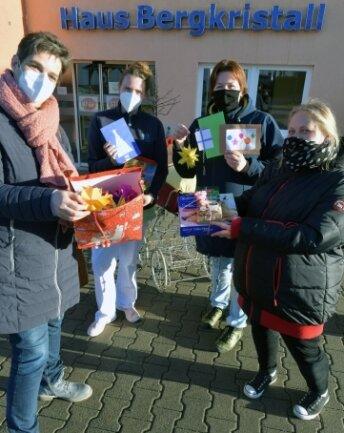 Klassenlehrerin Babett Breßler (l.), Elternsprecherin Mathilde Harzer (3. v. l.) und deren Freundin Jane Schwarz, Ideengeberin, übergaben die Geschenke.