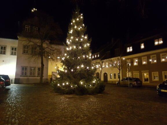 Der Baum von Familie Mothes ziert in diesem Jahr den Schlettauer Markt. Die Fichte erstrahlt zum ersten Mal im Lichterglanz.