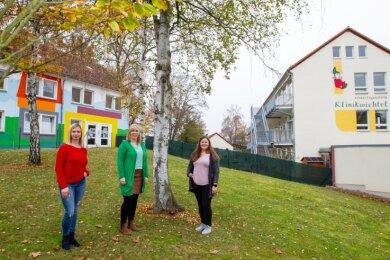 Freuen sich auf die Erweiterung ihrer Einrichtung: Laura Gruber, Leiterin Janine Jöckertitz und Luisa Knoll (von links).