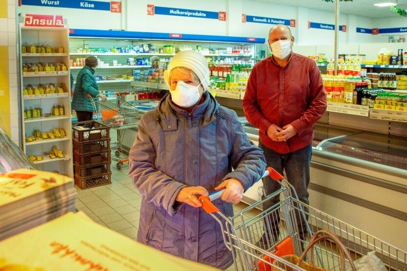 Heidrun Wüstrich gehört zu den Kunden der ersten Stunde im Falkenauer Dorfladen. Das Einkaufen war in diesem Jahr auch für sie ganz anders. Das Gespräch mit Laden-Vorstand Thilo Walther fand pandemiebedingt mit Abstand und Maske statt. Das Lächeln gehörte trotzdem dazu.