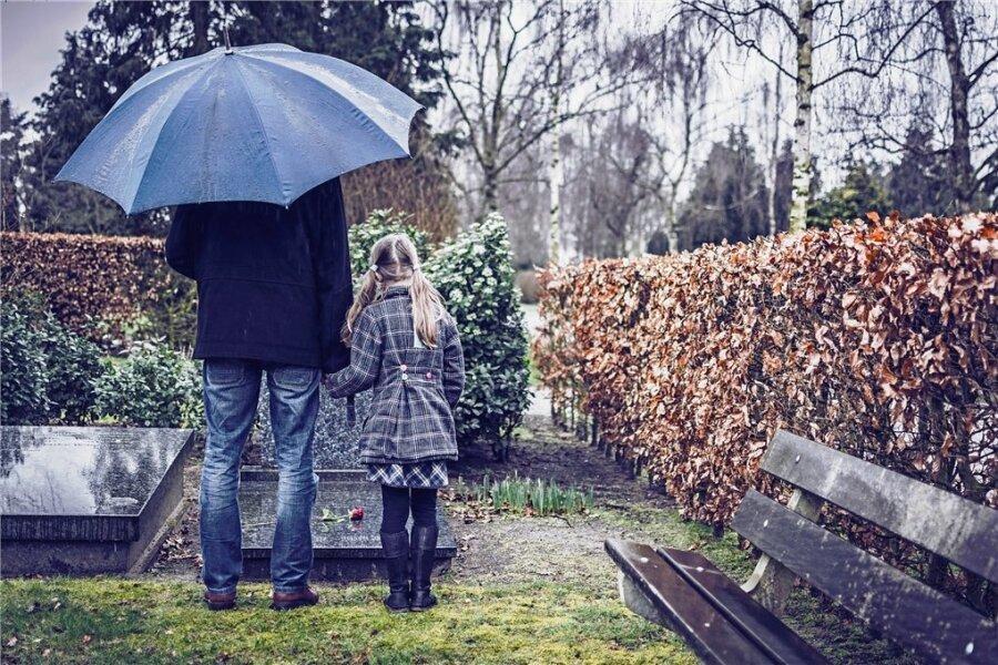 Komm, wir besuchen Opa an seinem Grab.